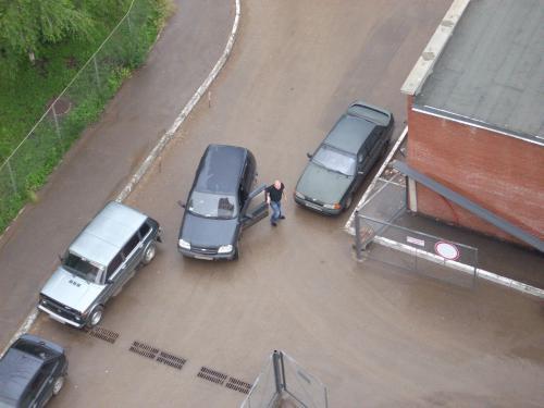 Водитель пошёл закрывать ворота.