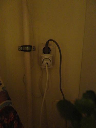 Розетка к которой подключен духовой шкаф, котел, сигнализатор, и вытяжка. Шкаф подключен без вилки.