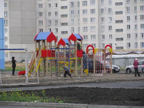 несмотря на плохую погоду дети уже оценили и вр всю играют на новой детской площадке