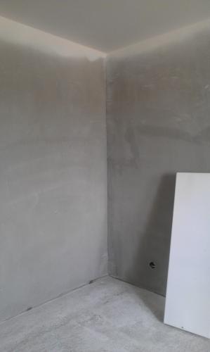 стены готовы к поклейке.единственная комната,где отвратно залили полы