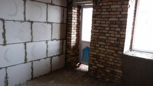 Это фото двушка 62,4. Комната с маленьким балкончиком. Мне интересно почему они так поставили балконную дверь и как собираются убирать щель .