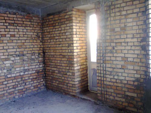 комнта вид балконной двери. Обнаружила что нет окна.