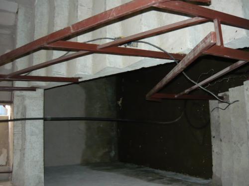 спуск в подвал. по стенам видно, что вода здесь давно